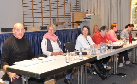 Die Tagungsleitung bei der Mitgliederversammlung: Vorstand, Geschäftsstelle und Moderatorin M. Morlock (rechts).