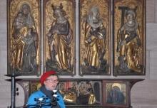 Kunsthistorikerin Nadja Bennewitz vor einem gotischen Altar in der Jakobskirche.