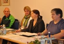 Vorstände Helmut Bauer, Christiane Auracher, Susanne Thiel und Fotini Papadopulu am Tagungstisch.