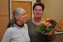 Organisatorin Susan Batchelor dankt Monika Binder von der Geschäftsstelle